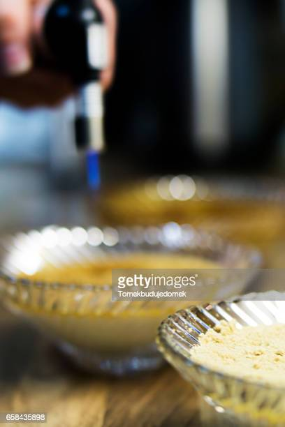 creme brulee - variable schärfentiefe stock pictures, royalty-free photos & images