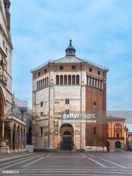 cremona baptistry in romanesque, renaissance style - cremona foto e immagini stock
