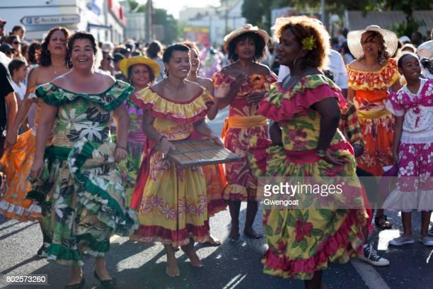 criollas bailarines en el carnaval de la boucan grand - isla reunion fotografías e imágenes de stock