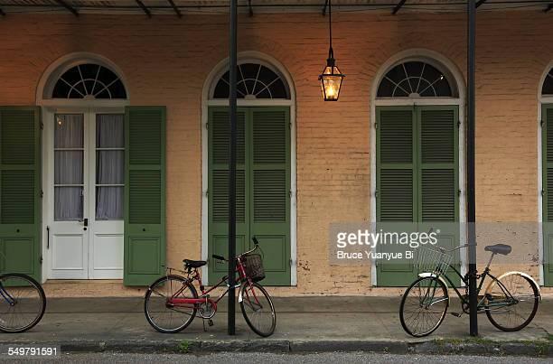 creole townhouse and bikes at dusk - barrio francés fotografías e imágenes de stock