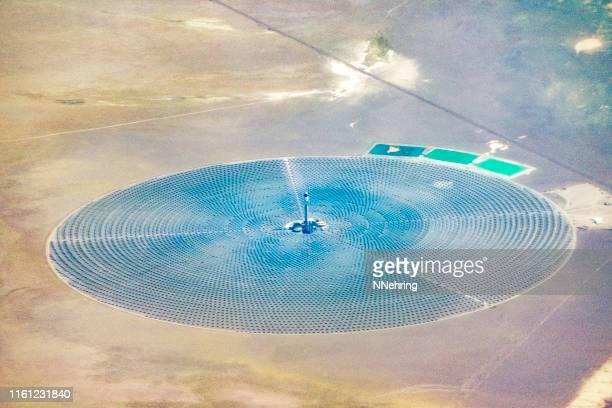 crescent dunes zonne-energiefaciliteit - nevada stockfoto's en -beelden