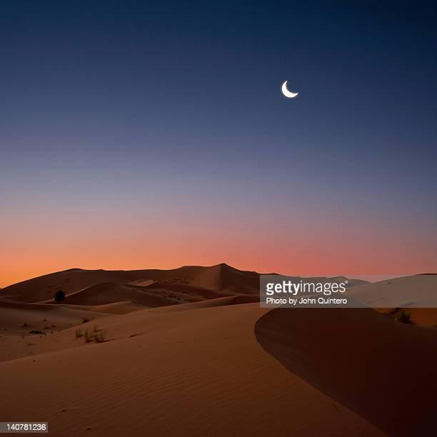 crescent moon over dunes - semicírculo - fotografias e filmes do acervo