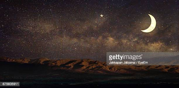 crescent moon with constellation over mountains in desert at night - semicírculo - fotografias e filmes do acervo