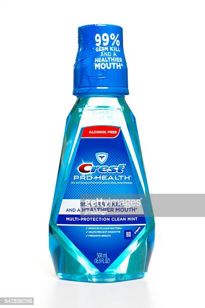 crest pro health mouth rinse bottle - gingivitis stockfoto's en -beelden
