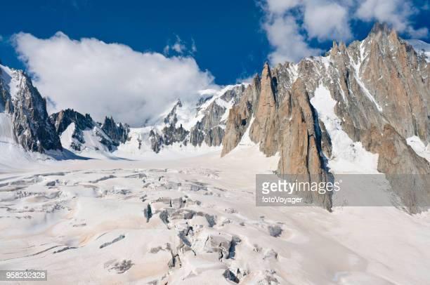 grietas en el glaciar de mer de glace chamonix mont blanc francia - valle blanche fotografías e imágenes de stock