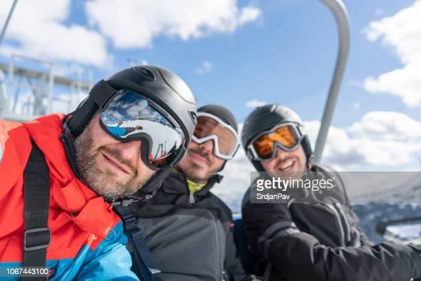 membre d'équipage de la montagne - sport d'hiver photos et images de collection