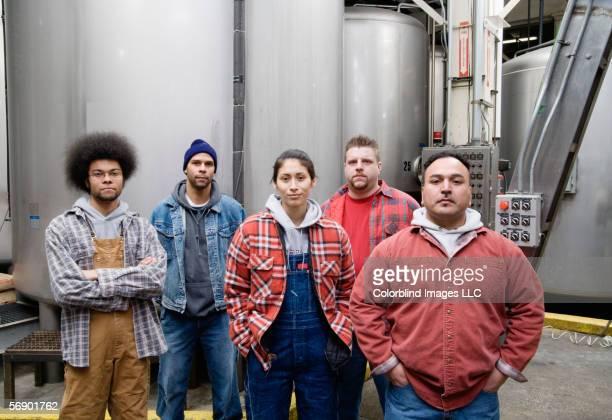 crew of men and women workers - petit groupe de personnes photos et images de collection