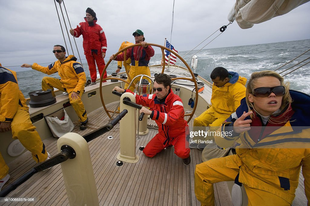 Crew sailing racing yacht : Foto stock
