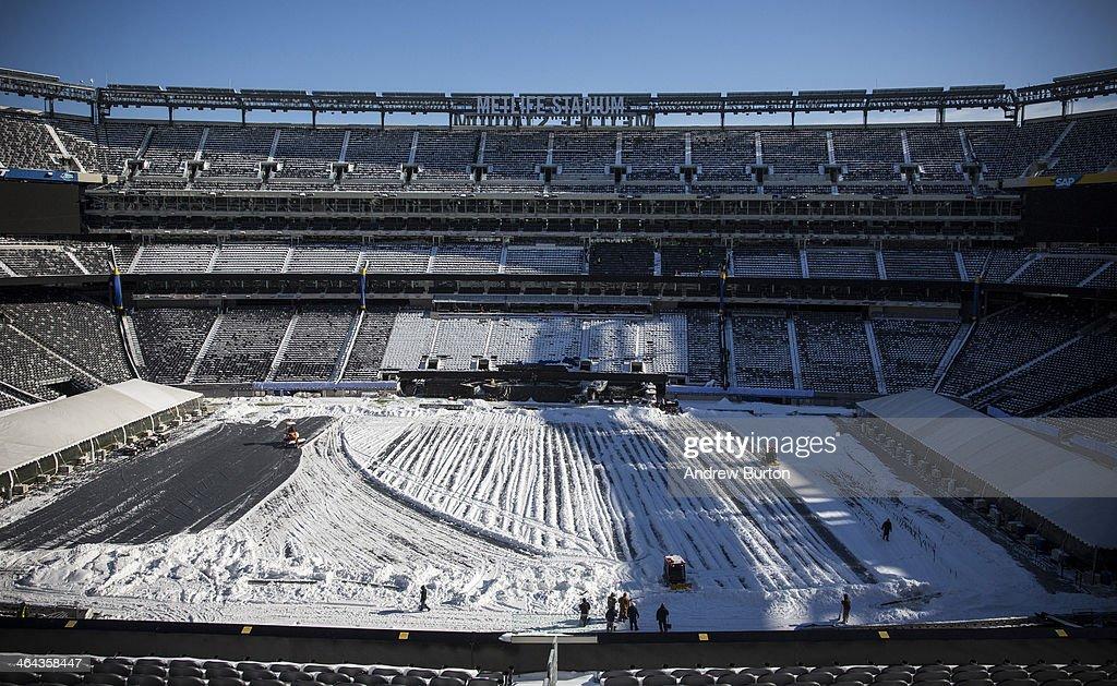Workers Prepare MetLife Stadium For Superbowl XLVIII : ニュース写真