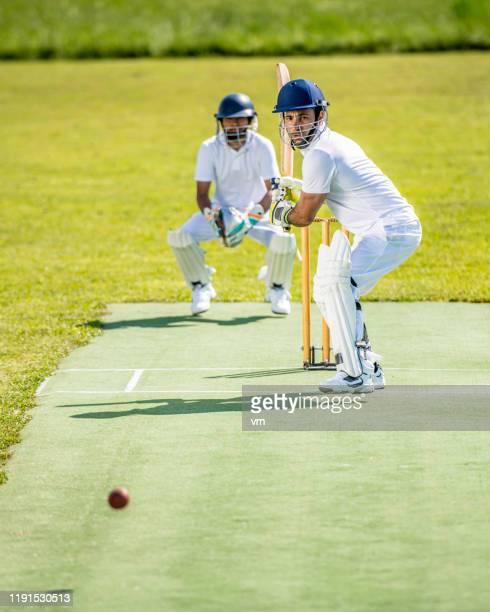 ボールを打つ準備ができているクリケットのバットマン - バッツマン ストックフォトと画像