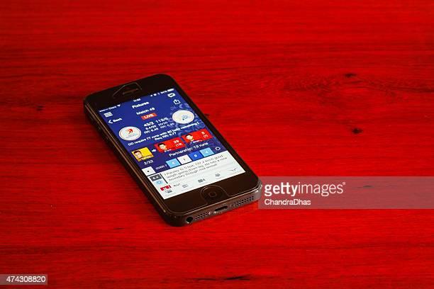 ipl cricket-score auf smart phone - cricket spieler stock-fotos und bilder