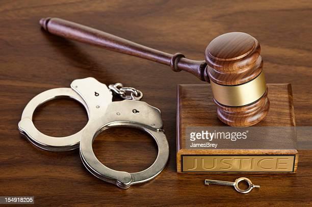 Crime e a punição; Martelo de Juiz com Algema, chave