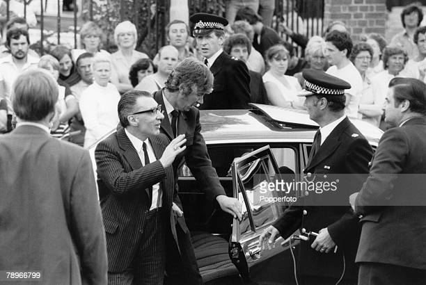Crime Chingford Essex England 11th August 1982 The Kray Twins Ronnie Kray waves to the crowd as he arrives from prison to attend his mother Violet's...