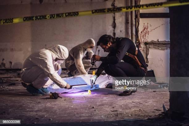 放棄された倉庫での犯罪 - 検死官 ストックフォトと画像