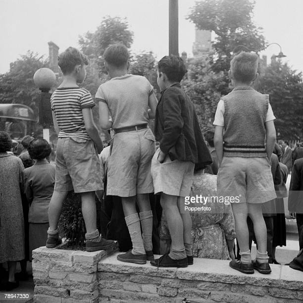 Crime London 13th July 1955 Young boys stand on a wall to get a better view outside Holloway prison after Ruth Ellis is hanged after being convicted...