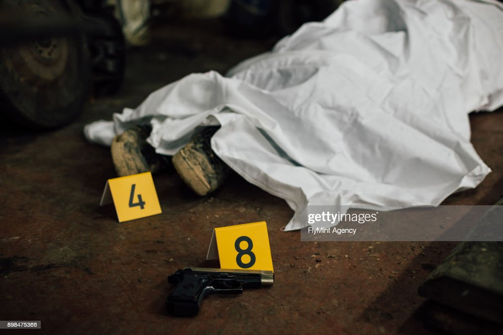 Crime scene investigation - covered human body and evidences : Stock Photo