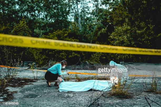 brottsplats utredning, kriminaltekniska undersöker liket - mord bildbanksfoton och bilder