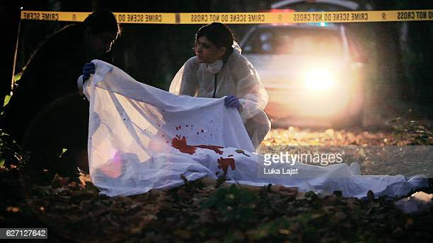 crime scene investigation - dead female bodies stockfoto's en -beelden