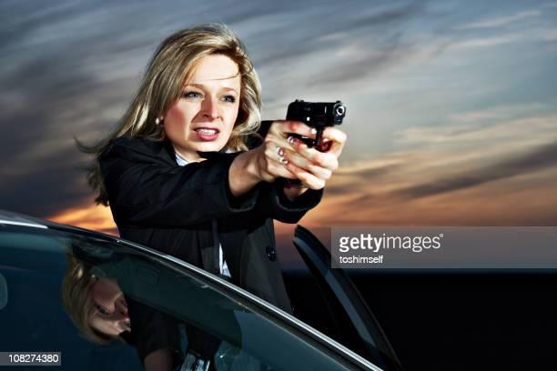 Criminoso mulher contra um carro