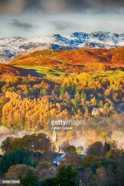 crinkle crags over loughrigg, above ambleside in the lake district, uk in autumn. - loughrigg fells - fotografias e filmes do acervo