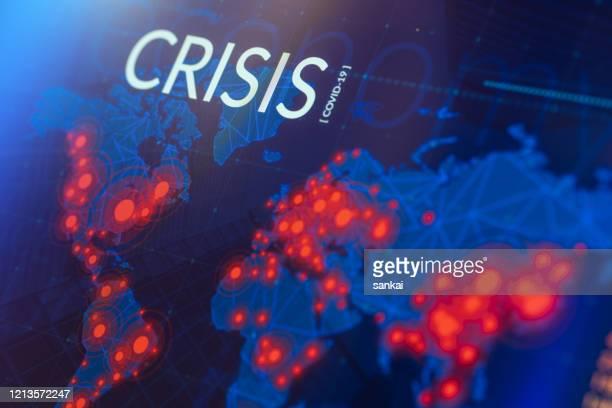 krise der wirtschaft / finanzen / gesundheitswesen. coronavirus covid-19 karte der infizierten regionen auf digitaler anzeige. - pandemie stock-fotos und bilder