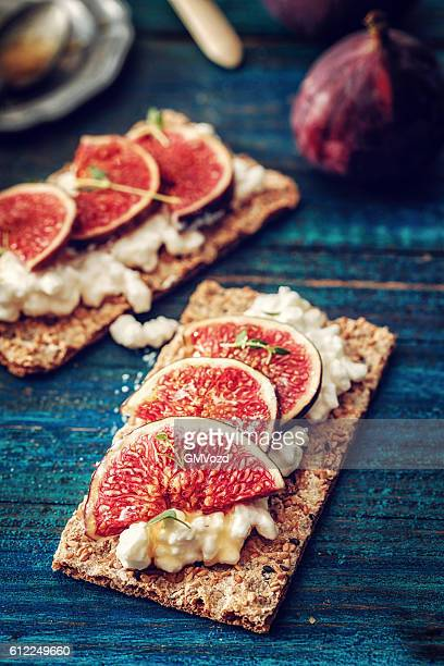 Crispbread with Cottage Cheese, Figs and Sweet Honey