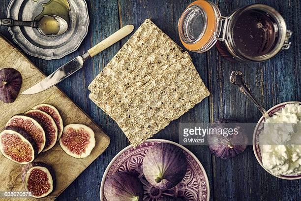 Knäckebrot mit Hüttenkäse, Feigen und süßen Honig