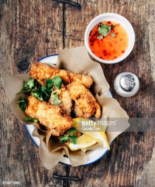 crispy breaded chicken fingers - comida de pub - fotografias e filmes do acervo