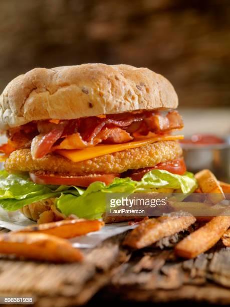 Krokante kip BLT hamburger met frietjes