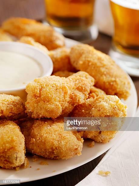 cerveja e asas de frango crocante - empanado - fotografias e filmes do acervo