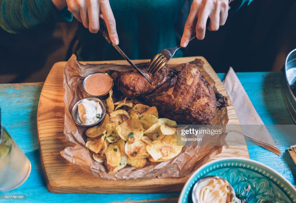 Knusprige Hähnchen mit Pommes frites : Stock-Foto