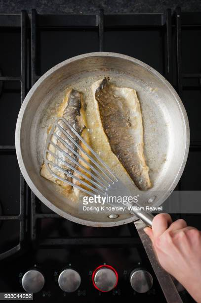 Crispy fish skin, step 3: turn the fish skin-side up and flatten with the spatula