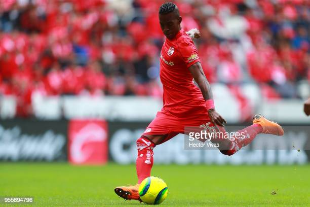 Cristian Borja of Toluca drives the ball during the quarter finals second leg match between Toluca and Morelia as part of the Torneo Clausura 2018...
