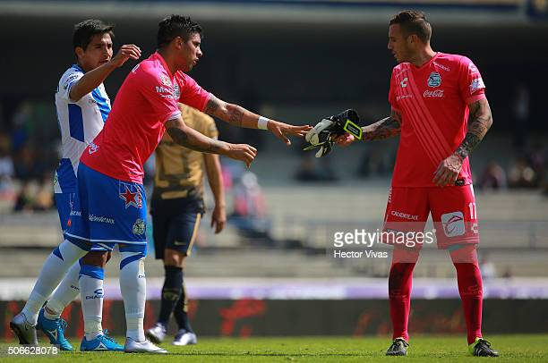 Cristian Campestrini of Puebla gives his gloves to teammate Ramon Arias during the 3rd round match between Pumas UNAM and Puebla as part of the...
