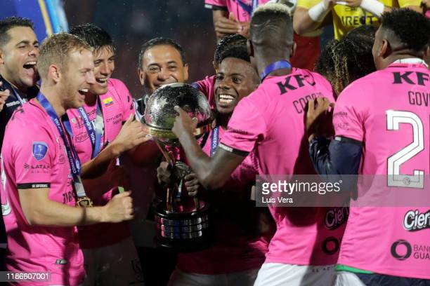 Cristian Dajome of Independiente del Valle and teammates lift the trophy after winning the final of Copa CONMEBOL Sudamericana 2019 between Colon and...