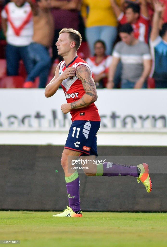 Cristian Menendez celebrates after scoring the first goal of Veracruz during the 15th round match between Veracruz and Leon as part of the Torneo Clausura 2018 Liga MX at Luis 'Pirata' de la Fuente Stadium on April 15, 2018 in Veracruz, Mexico.