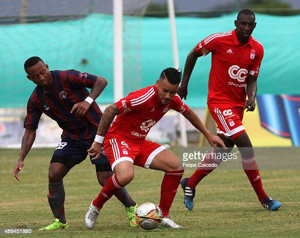 Cristian Restrepo of America de Cali struggles for the ball with Carlos Peralta of Union Magdalena during a match between Union Magdalena and America...