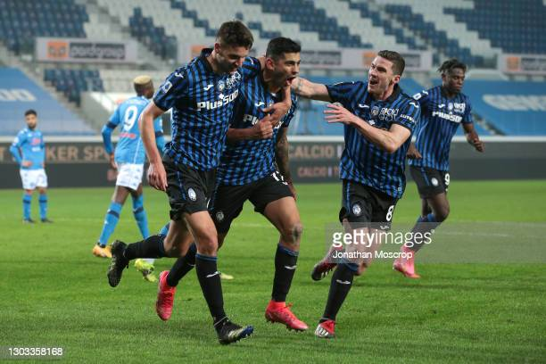 Cristian Romero of Atalanta celebrates with teammates after scoring to give the side a 4-2 lead during the Serie A match between Atalanta BC and SSC...