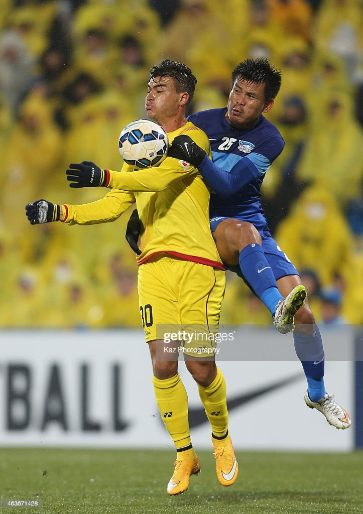Cristiano Da Silva of Kashiwa Reysol and Chonlatit Jantakam of Chonburi compete for the ball during the AFC Champions League play-off match between Kashiwa Reysol and Chonburi FC at Hitachi Kashiwa Soccer Stadium on February 17, 2015 in Kashiwa, Chiba, Japan.