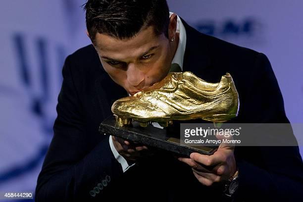 Cristiano Ronaldo kisses his Golden Boot 2014 award at Melia Castilla hotel on November 5 2014 in Madrid Spain Cristiano Ronaldo's 31 strikes in La...