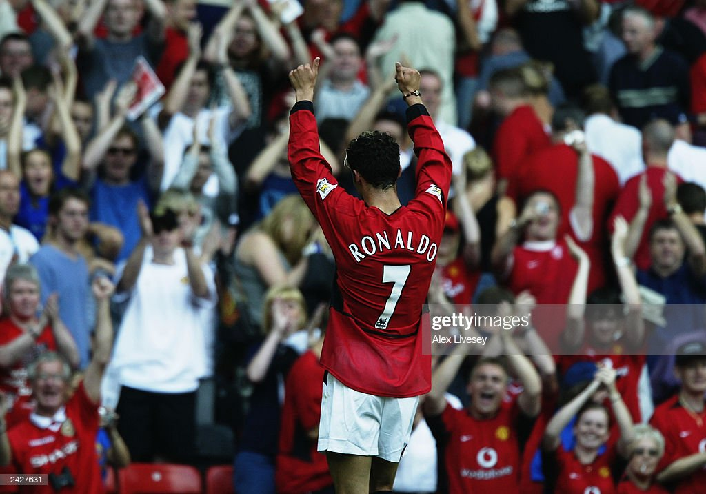 Cristiano Ronaldo of Manchester United salutes the fans : News Photo