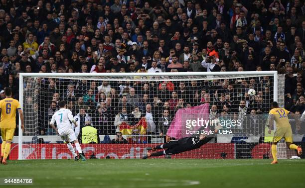 Cristiano Ronaldo of Real Madrid beats Wojciech Szczesny of Juventus to score Real's goal from the penalty spot during the UEFA Champions League...