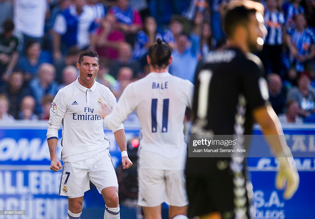 Cristiano Ronaldo of Real Madrid celebrates after scoring his team's second goal during the La Liga match between Deportivo Alaves and Real Madrid at Mendizorroza stadium on October 29, 2016 in Vitoria-Gasteiz, Spain.