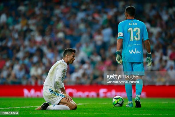 Cristiano Ronaldo of Real Madrid CF reacts behind goalkeeper Antonio Adan of Real Betis Balompie during the La Liga match between Real Madrid CF and...