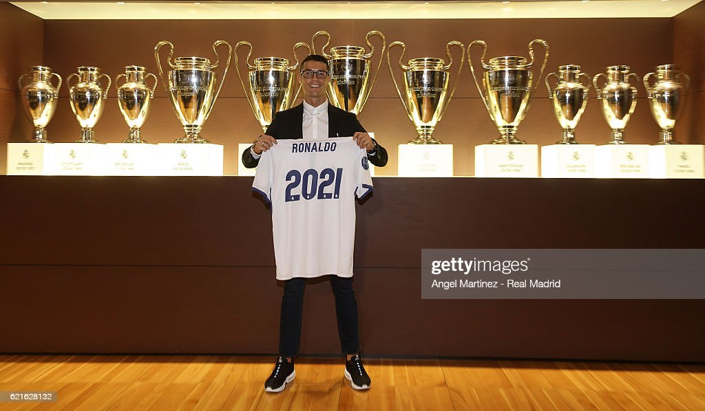 Cristiano Ronaldo Signs New Contract at Real Madrid : Foto jornalística
