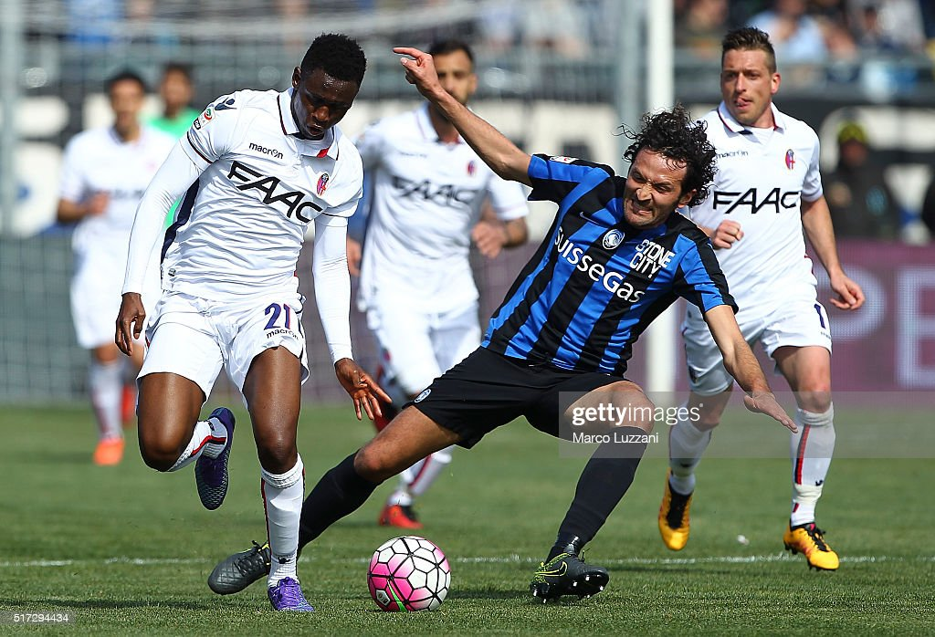 Cristin Raimondi (R) of Atalanta BC competes for the ball with Amadou Diawara (L) of Bologna FC during the Serie A match between Atalanta BC and Bologna FC at Stadio Atleti Azzurri d'Italia on March 20, 2016 in Bergamo, Italy.