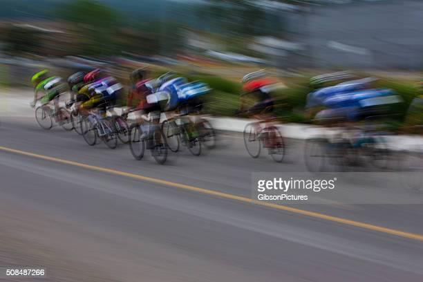 criterium carretera en bicicleta carrera - persecución conceptos fotografías e imágenes de stock
