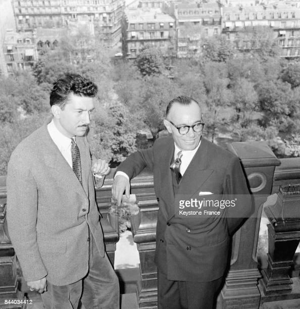 L'écrivain Alain RobbeGrillet en compagnie de Cino Del Duca après la remise du prix de la Fondation Del Duca au restaurant de la Tour d'Argent à...