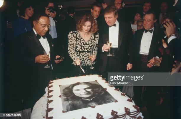 écrivain Alex Haley, Christie Hefner et Donald Trump au 35éme anniversaire de Playboy à New-York.