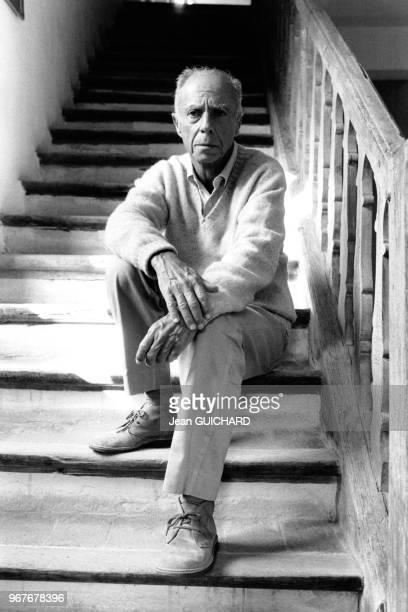 L'écrivain Claude Simon prix Nobel de Littérature 1985 photographié dans sa maison à SalsesleChâteau France le 18 octobre 1985
